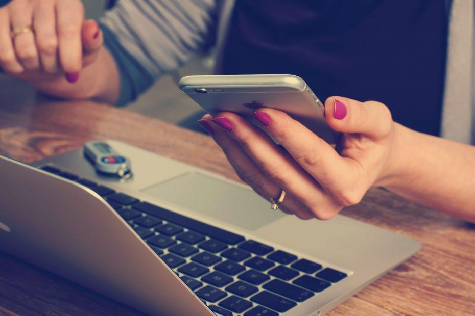 Frau mit Notebook und Smartphone