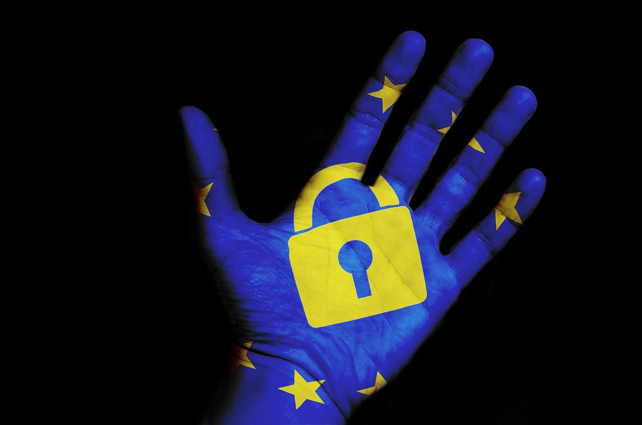 Illustration zur DSGVO: Blaue Hand mit gelbem Schloss