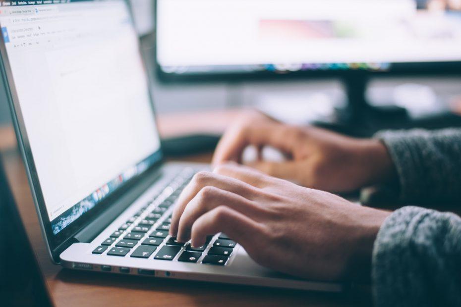 Jemand schreibt am Computer.